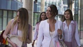 Partrait av affärskvinnor som går och talar lager videofilmer