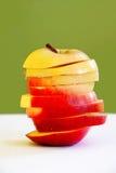 Parts d'Apple dans la forme de pomme photos stock