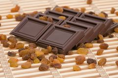 Parts de chocolat avec des raisins secs photos stock