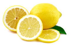 Parts de citron et de citrons sur le blanc Images libres de droits
