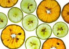 Parts de citrons et d'oranges sur le fond blanc Images libres de droits