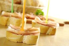 Parts de jambon sur la baguette Image libre de droits