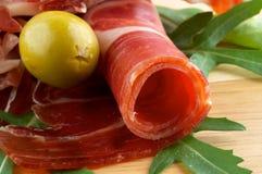 Parts de jamon et d'olives photos stock