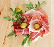 Parts de jamon et d'olives images libres de droits