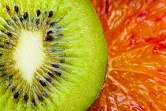 Parts de kiwi et d'orange photo libre de droits