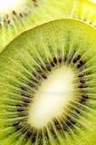 Parts de kiwi juteux Photo stock