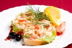 Parts de pain avec de la salade de crevette photo libre de droits