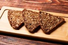 Parts de pain de seigle noir image stock