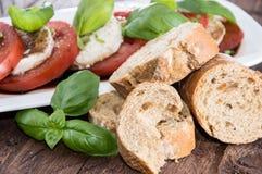 Parts de tomate et de mozzarella Photographie stock