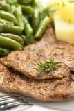 Parts de viande de boeuf avec Rosemary Photographie stock libre de droits