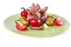 Parts de viande de boeuf sur le vert Photographie stock libre de droits