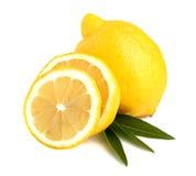 Parts entières d'un citron sur des lames photos stock