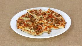 Parts et dégagement de pizza de viande photographie stock libre de droits