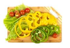 Parts fraîches de poivre avec des tomates-cerises Photographie stock