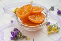 Parts oranges caramélisées dans une cuvette en verre Photographie stock libre de droits