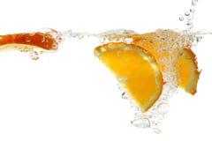 Parts oranges dans l'eau   photos libres de droits