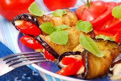 Parts roulées d'aubergine photographie stock