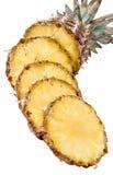 Parts savoureuses et mûres d'ananas au-dessus du CCB blanc Images stock