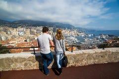 Parturister på panoramautsikten kopplar ihop turister på panorama- v Arkivfoto