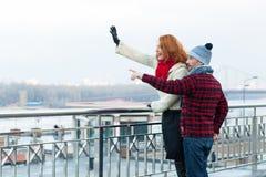 Parturister som ser stadssighten Lyckliga par som pekar till långt vid händer och anseende nära av barriären Man och kvinna oss Fotografering för Bildbyråer