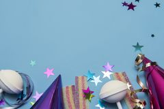 Party фоновое изображение с шляпами партии, строкой и красочными помадками Стоковое Изображение RF