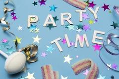 Party фоновое изображение с шляпами, строкой и помадками партии Стоковое Изображение