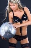 Party al bailarín en ropa interior negra con la bola del disco Foto de archivo