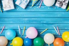 Party a bandeira ou o fundo do aniversário com balões, presente, tampão do carnaval, confetes e vela Copie o espaço para o texto  Fotografia de Stock Royalty Free