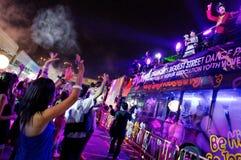 Party die Feiernder, die zu den Stadt-lebendigen 2010 Diskjockeys wellenartig bewegen Lizenzfreie Stockbilder