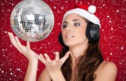 Party en nieve, bola del disco y muchacha con el sombrero de santa Fotografía de archivo