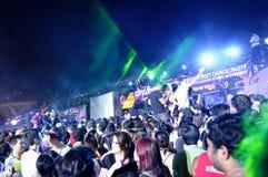 Party-Feiernder, die an Stadt lebendiges 2010 tanzen Lizenzfreie Stockfotos