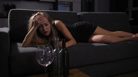 Party girl bêbado que acorda no sofá com manutenção vídeos de arquivo