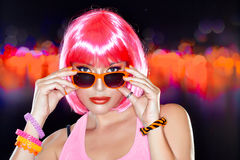 Party girl bonito. Cabelo cor-de-rosa à moda. Menina Freckled Imagem de Stock