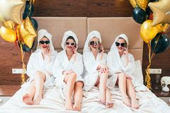 Free Party Girls Smartphone Urban Leisure Lifestyle Royalty Free Stock Images - 143592169