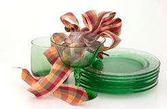Party Glaswaren u. Farbbänder im Grün, die Golde, rot. Lizenzfreies Stockfoto
