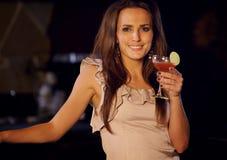 Femme de partie avec un verre de vin Photographie stock libre de droits