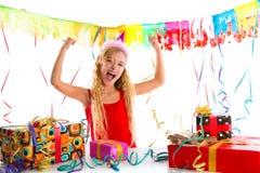 Party a menina loura da criança feliz com muitos presentes Fotografia de Stock