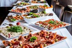 Party o ajuste grande da tabela de bufete da refeição matinal com os vegetais da carne do alimento foto de stock royalty free