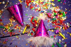 Party o chapéu, o assobio e os confetes para uma celebração Fotografia de Stock Royalty Free