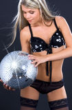 Party o dançarino na roupa interior preta com esfera do disco Foto de Stock