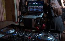 Party o equipamento audio do DJ na cena no clube Iluminação brilhante do concerto Mostra da música dos jogos do disco-jóquei, tri foto de stock