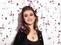 Party o tempo Sorriso feliz bonito da mulher Estilo do Natal nos confetes Brilhante comemore o olhar com composição brilhante da  foto de stock