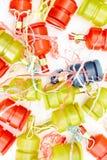 Party poppers auf Weiß stockfotos