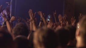 Partying σε μια συναυλία βράχου φιλμ μικρού μήκους