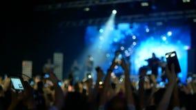Partying συναυλία βράχου πλήθους απόθεμα βίντεο