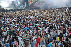 Толпа partying подростка на фестивале Стоковая Фотография RF