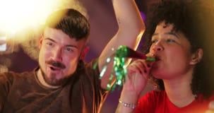 Partying do clube noturno dos amigos filme