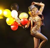 Partying Mädchen mit einem Bündel Ballonen Lizenzfreie Stockfotos