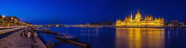 Partying op de Donau riverbank overdwars van het Hongaarse Parlement Royalty-vrije Stock Foto