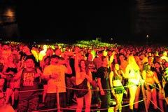 Partying sob as luzes de néon no festival global 2016 da dança fotografia de stock